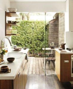 無添加住宅の施工実例は天然素材の断熱材で、しっかりとした耐震構造で住まいを守ります。自然素材である無垢材や漆喰(しっくい)を使い、ナチュラルな雰囲気のリビング・ダイニング。薪ストーブがあります。 化学物質過敏症やシックハウス症候群のお客様にもおすすめです。アイ創建にお任せ下さい。